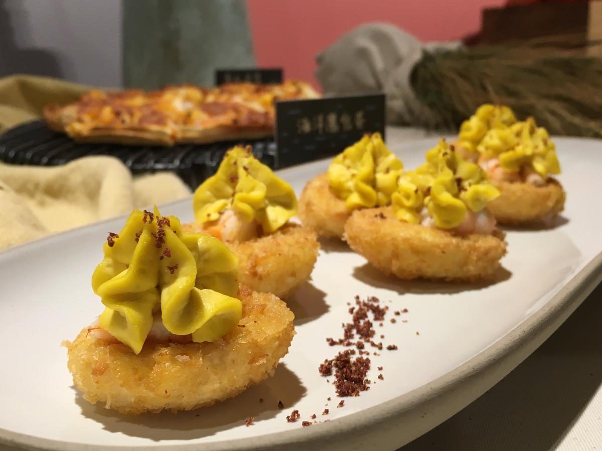 「海洋魔鬼蛋」是把水煮蛋的外皮炸得酥脆,蛋黃用黃芥末、紅胡椒調味再做擠花,中間暗藏蝦肉的甜美。(250元/份)