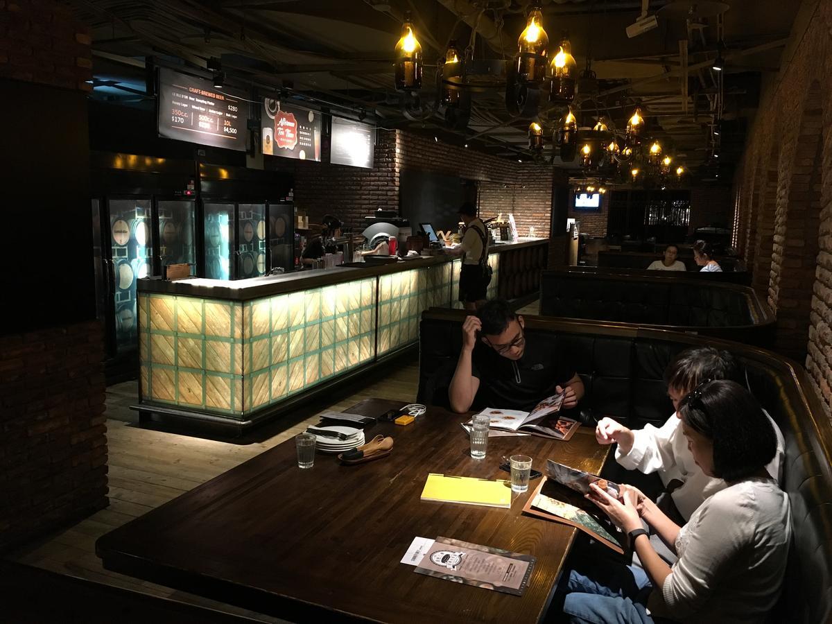 「金色三麥」誠品酒窖店有500個席次,適合多人聚餐、大型包場。
