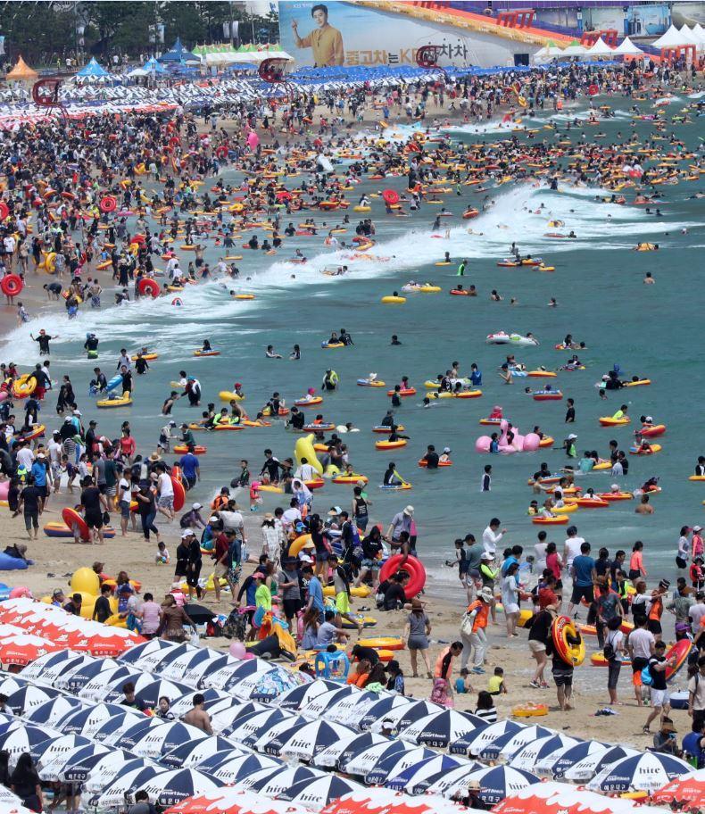 南韓今年也是個酷暑,文在寅總統5月初就任以來已多次限電,卻引發廢核的陰謀論。圖為7月30日釜山的渡假勝地海雲台擠滿了戲水人潮。(東方IC)