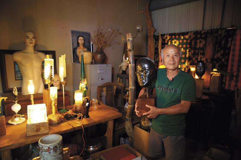 魏德松的工作室有一個小房間,裡頭全是他四處撿拾廢棄玻璃、銅鐵,用細膩手工做成的燈具和藝術品。