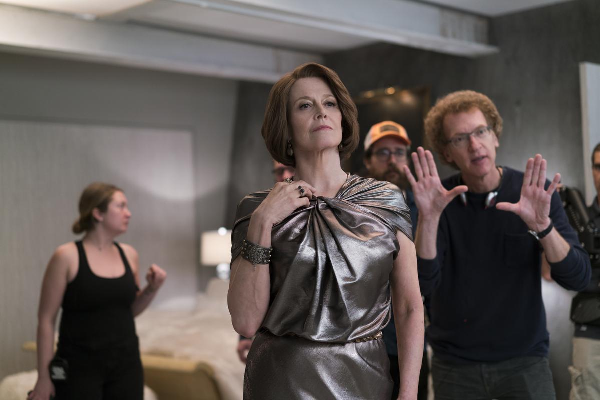 雪歌妮薇佛(中)以67歲高齡在劇中扮演最強反派亞莉珊卓。