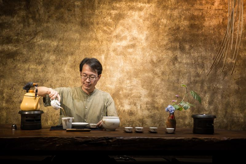 岩陶總經理李啟彰因為愛喝茶,從科技業業務轉行賣茶具、茶葉,出書還舉辦講座。