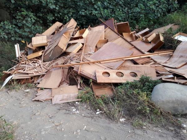 林姓中校丟棄自家裝潢廢棄建材,到案後供稱「暫置」,最後花錢請清潔隊代清除。