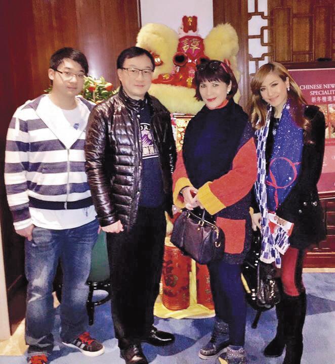 林珍奇(右二)80年代初期跟李德麟(左二)結婚,婚後長居香港,育有1子1女。