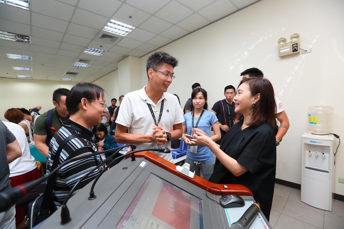 7月2日唐雅君受邀回台演講,雖然已10年未在台灣公開現身,她的人氣依然不減。