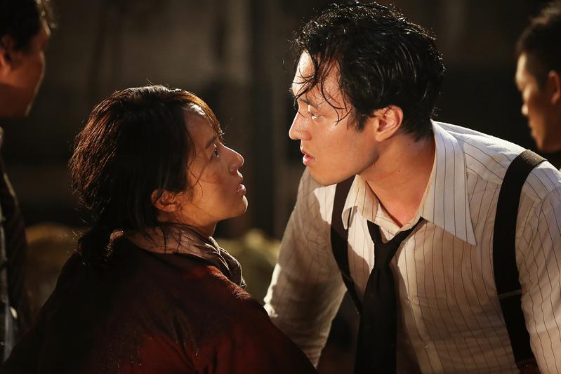蘇志燮(右)、李貞賢在《軍艦島》中因同患難而產生淡淡的情愫。