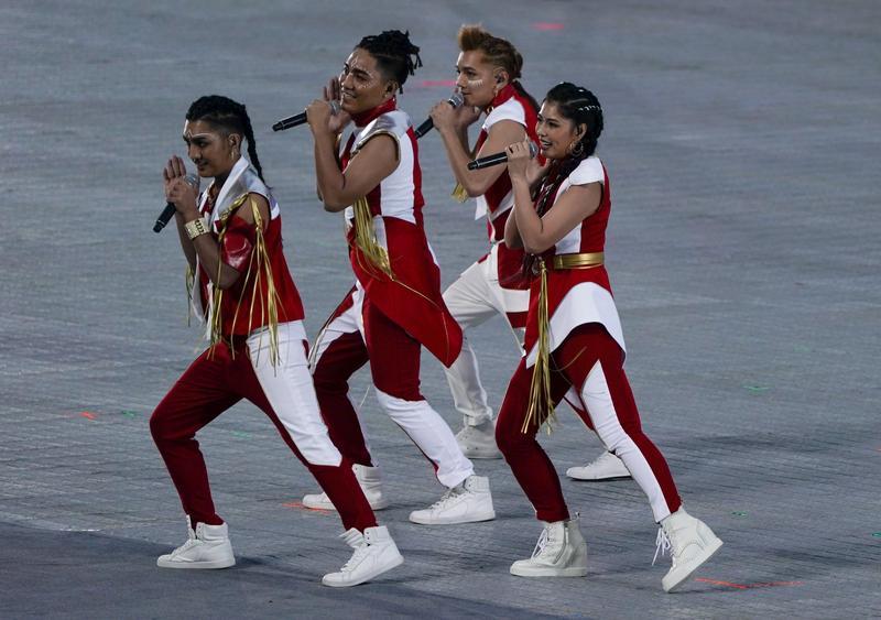 舞炯恩(左一)在世大運開幕式,演唱世大運主題曲。