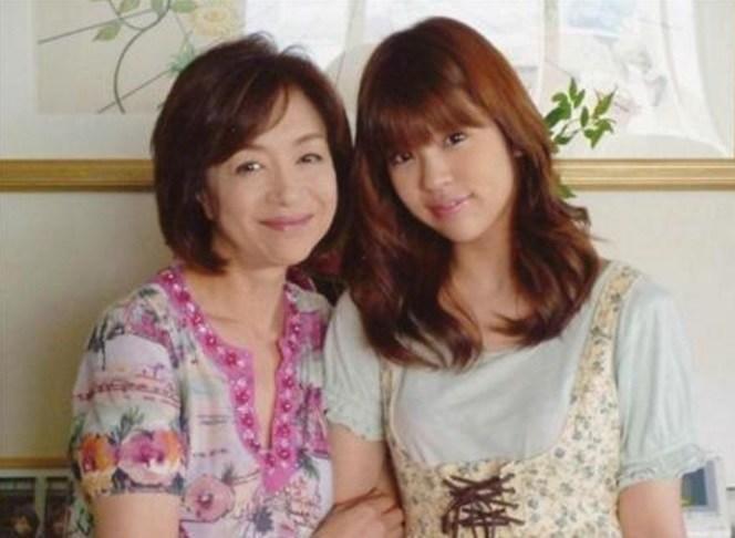 坂口杏里是已故女星坂口良子的女兒,坂口良子演過許多知名影視作品,並讓女兒頂著自己光環出道。(翻攝網路)