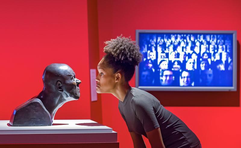 2017年8月19日,德國德勒斯登衛生博物館「臉孔:追尋線索」特展。遊客凝視梅塞斯密特(Franz Xaver Messerschmidt,1775)銅像。(東方IC)