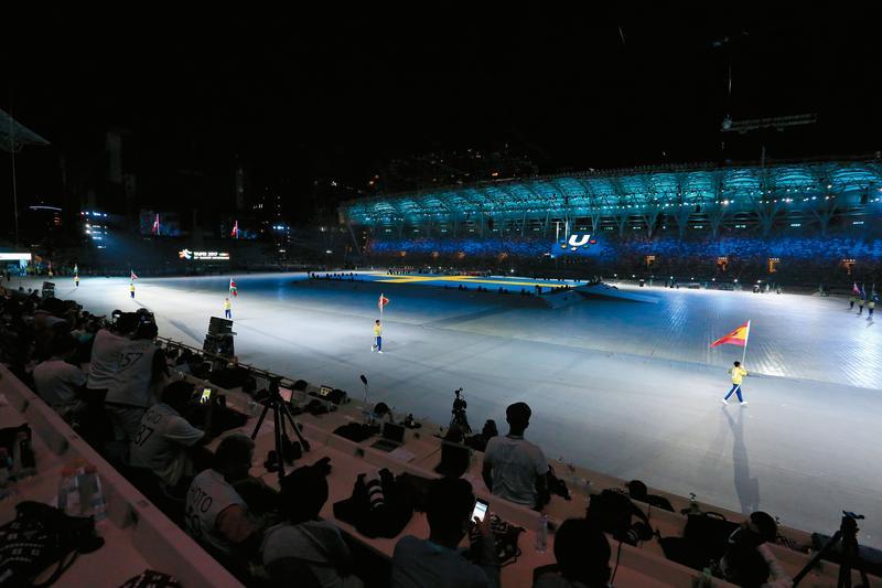 台北市立田徑場場外選手動線遭攔,田徑場開幕進場儀式只剩旗手唱獨腳戲。