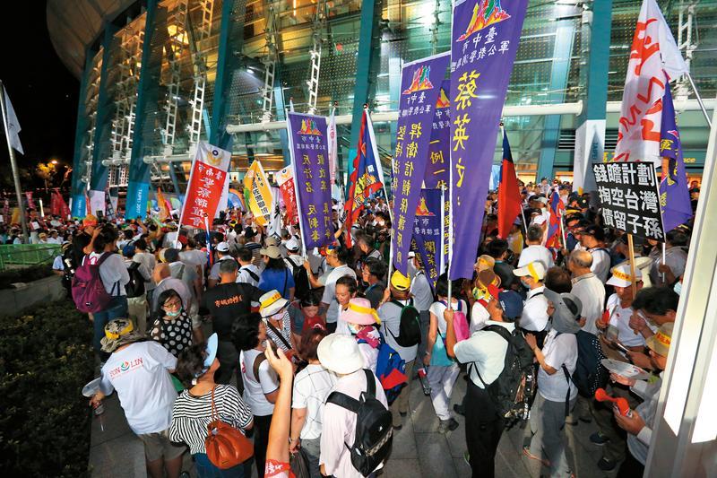 陳抗團體突破封鎖線,盤踞小巨蛋南區入口與田徑場之間廣場,阻斷選手進場動線。