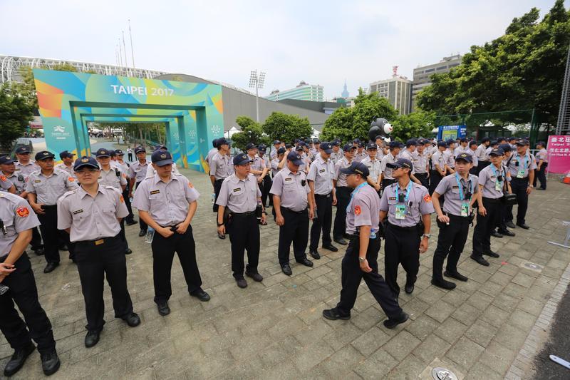 警方出動上千名警力在開幕式現場維安,卻擋不了數百名抗議民眾。