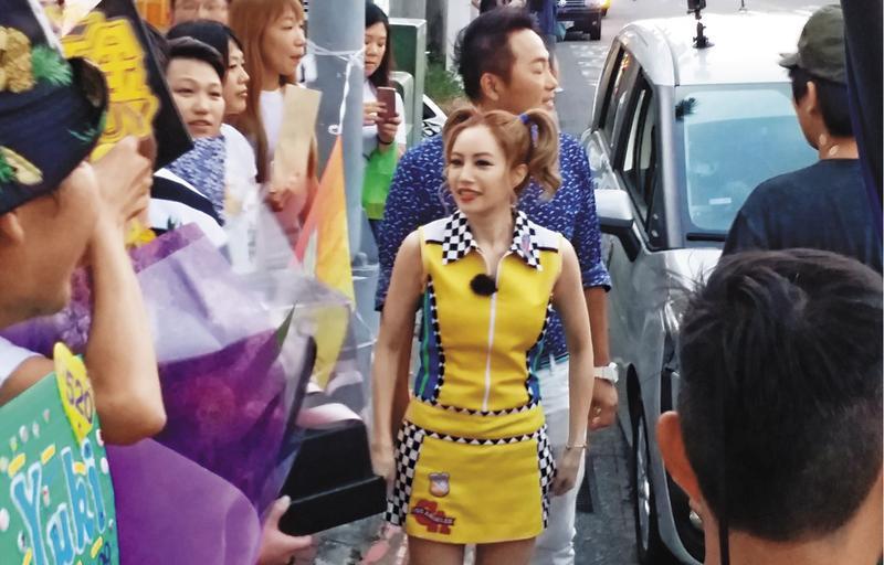 徐懷鈺接下《歌神請上車》主持捧,15日到士林夜市錄影,一班忠心粉絲特別到場支持。