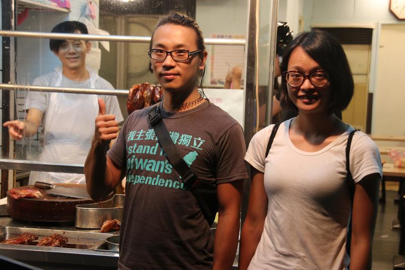 被李來希指涉開幕典禮丟煙霧彈的陳儀庭(左)表示,事發當時正和女友在吃燒臘飯,還有照片為證。(陳儀庭提供)