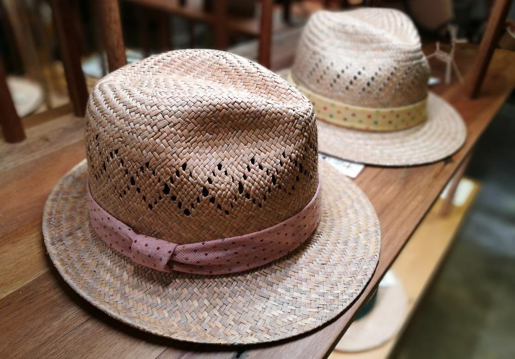 傳統草帽配上簡單設計的帽帶,還帶有一股清新淡雅的藺草香。