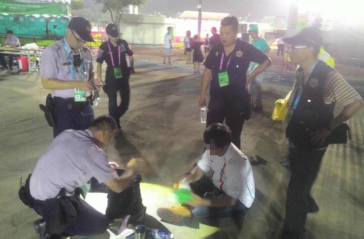 警方在朱男隨身包包中發現鏢刀等違禁品。