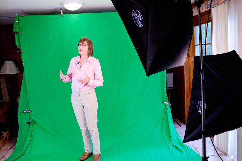 拉起一面綠色布幕,芭芭拉.歐克利教授把自家地下室變為高人氣線上課程的攝影棚。(翻攝紐約時報)