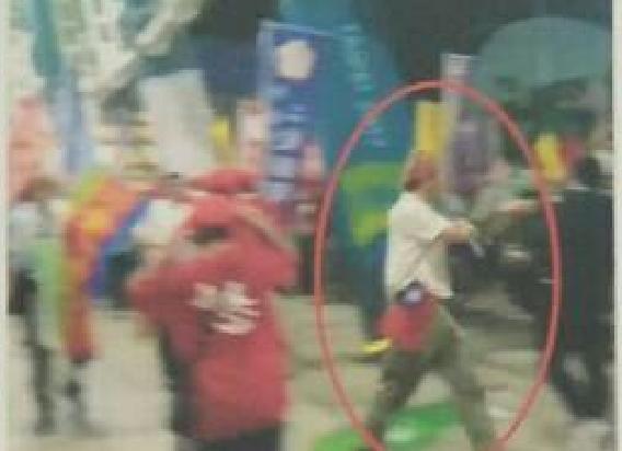 陳男被拍到手持煙霧彈的畫面。