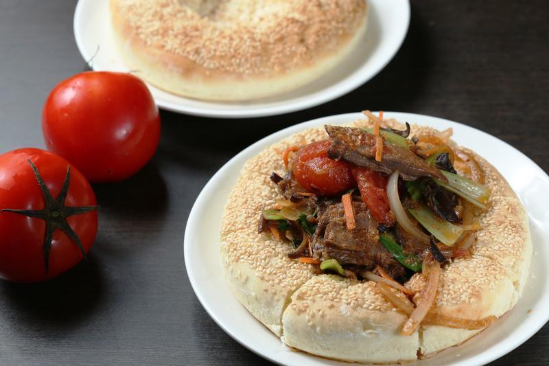 「饢包肉」是新疆特色菜,據說加番茄是家常風味。(180元/份)