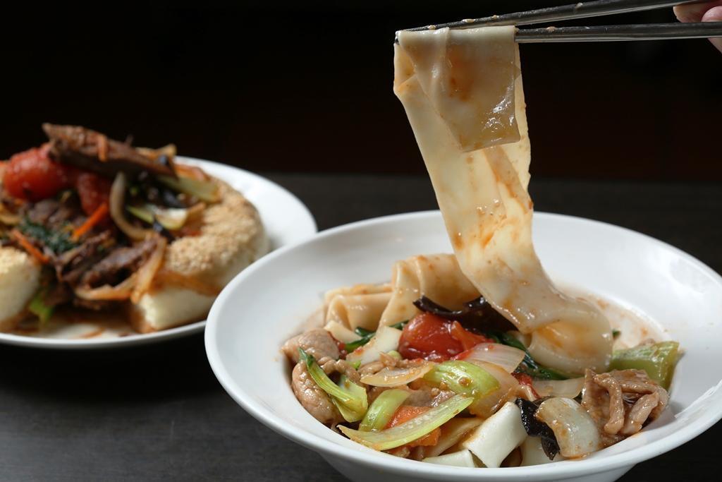 「帕米爾拌麵」配合台灣人口味,改用豬里肌做澆頭,豬肉爽嫩,拉條子Q滑帶勁。(140元/碗)