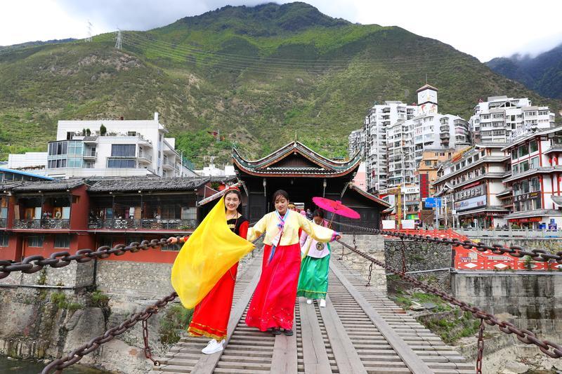 許多遊客會換上民俗服裝到瀘定橋上拍照。