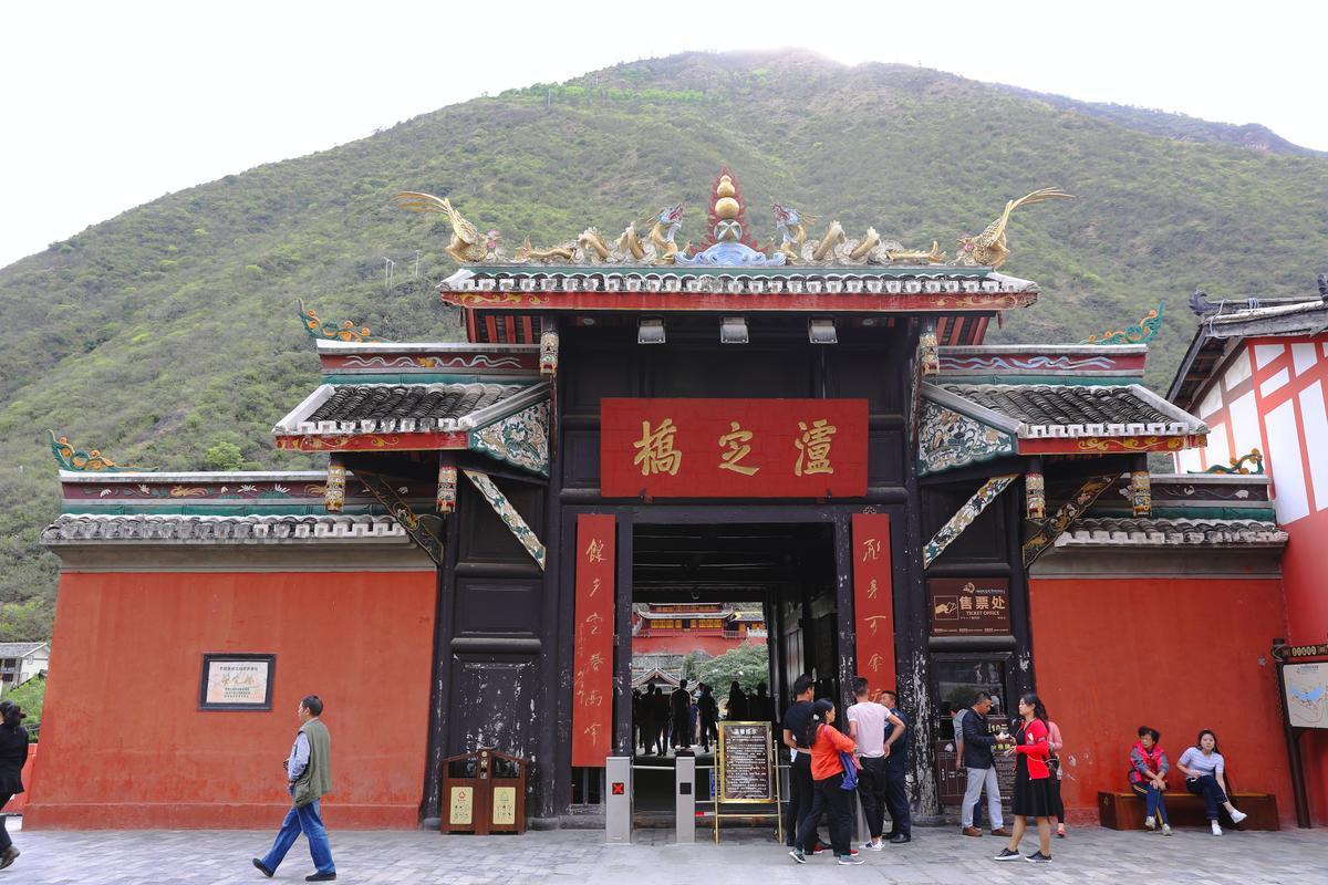 瀘定橋建於300多年前,橋梁兩端獨特的木造堡壘,在全中國幾乎找不到第二座。