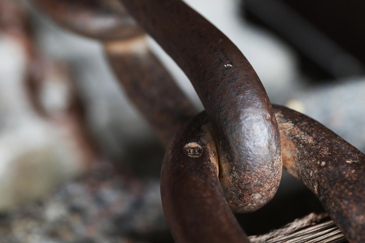 鐵環上還看得到從康熙時代留下來的鐵匠印記。