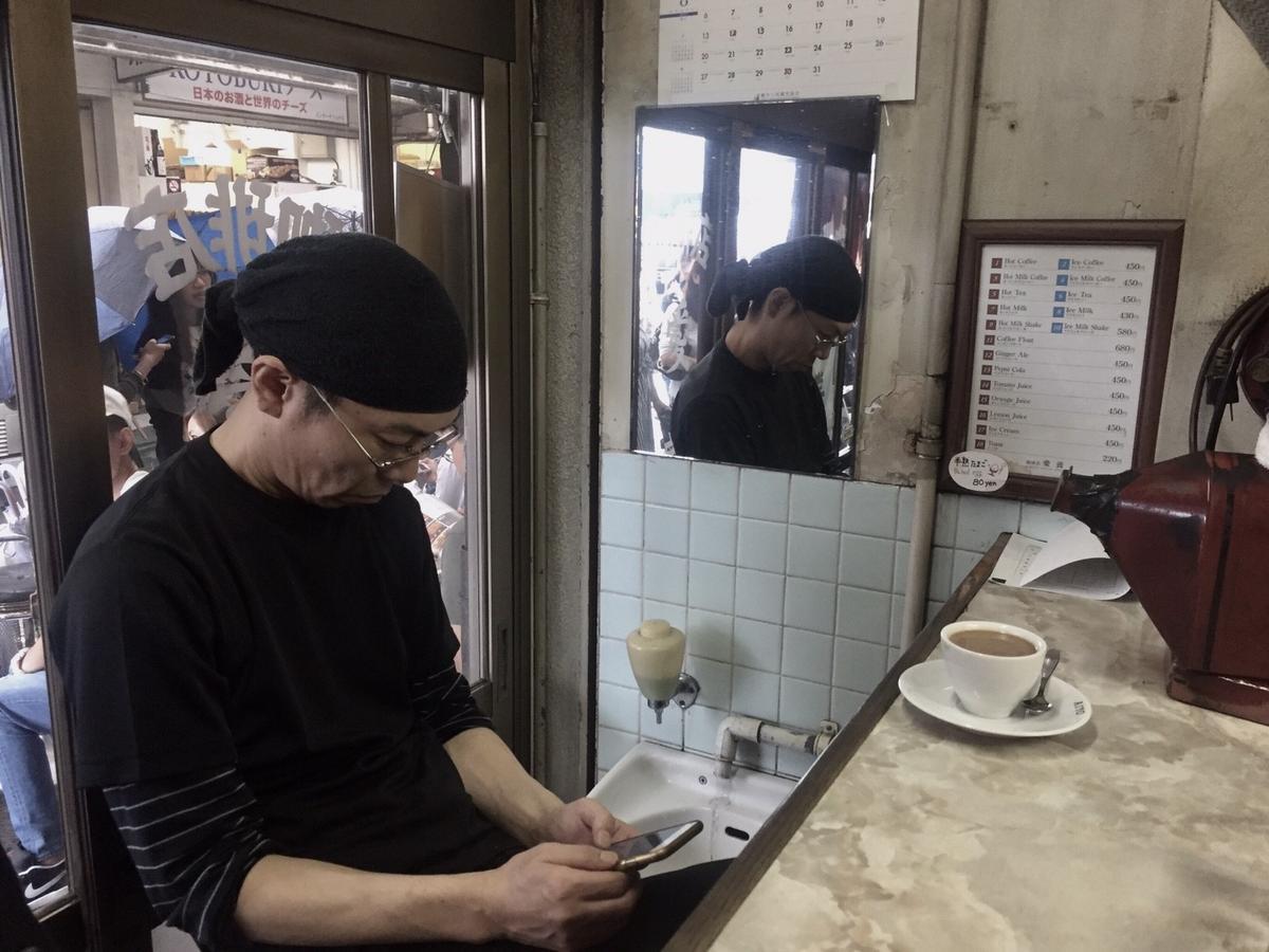 「愛養珈琲の店」就像築地市場的員工咖啡店,常見老客人頭綁工作用毛巾、腳上穿著雨鞋,來此喝咖啡喘口氣,這裡像他們的合作社,也像社區活動中心。