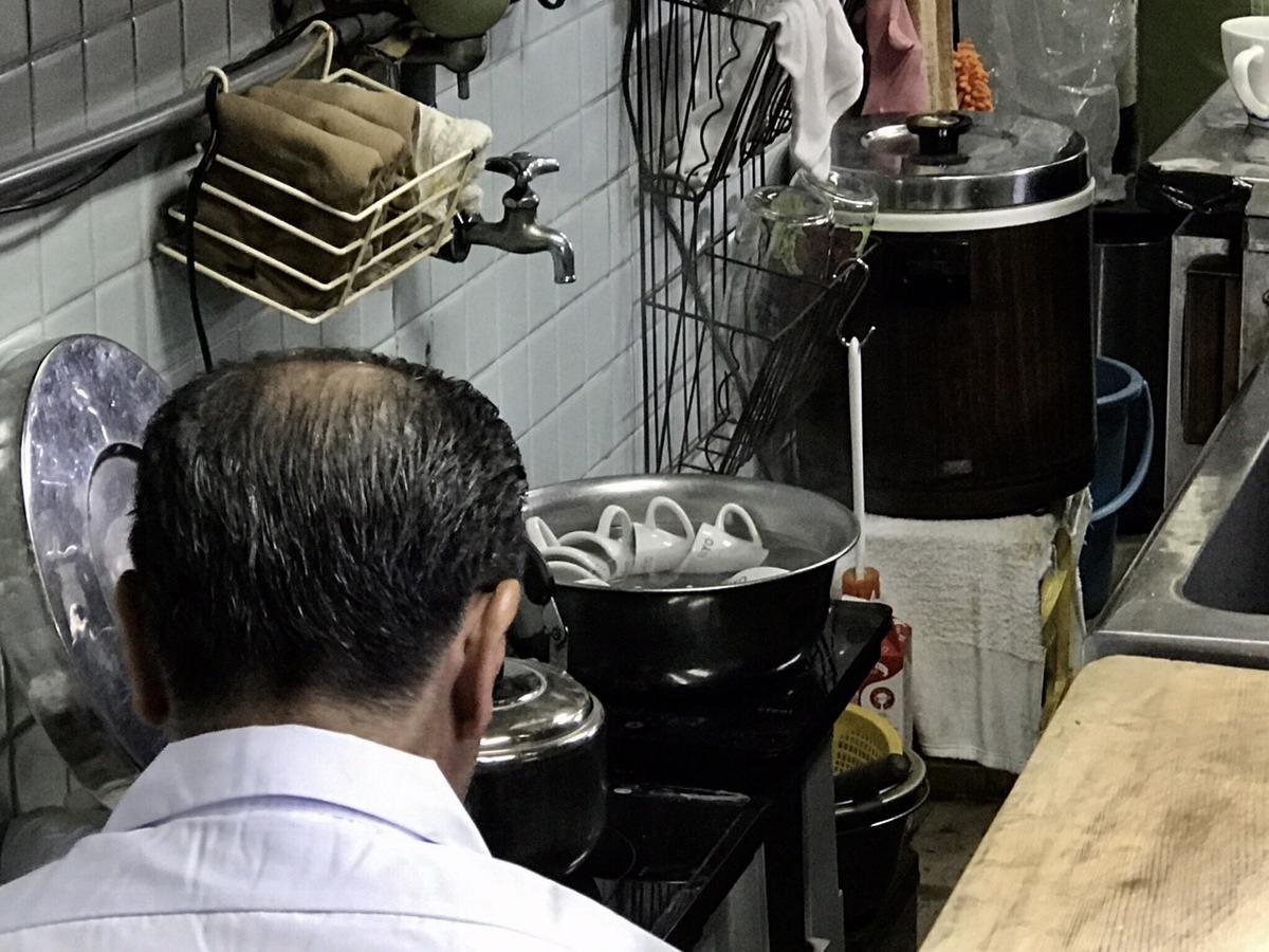 熱咖啡杯都放在熱水裡加熱,熱度十分燙手,目的在維持熱咖啡口感。