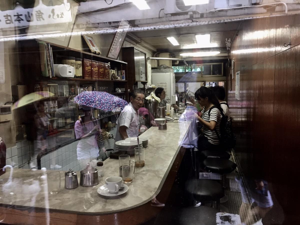 82年來一直在築地市場內場的愛養老咖啡店,以咖啡、吐司等簡單的食物,溫暖勞動的魚販師傅們。