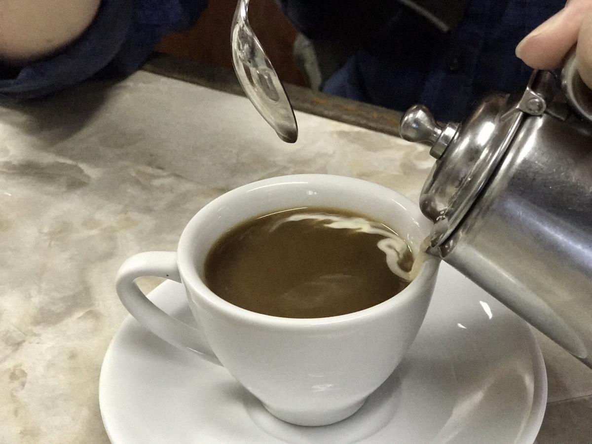 熱咖啡上桌時,會另外送上不鏽鋼壺,裡頭裝了無糖煉乳,由客人自行調整風味。