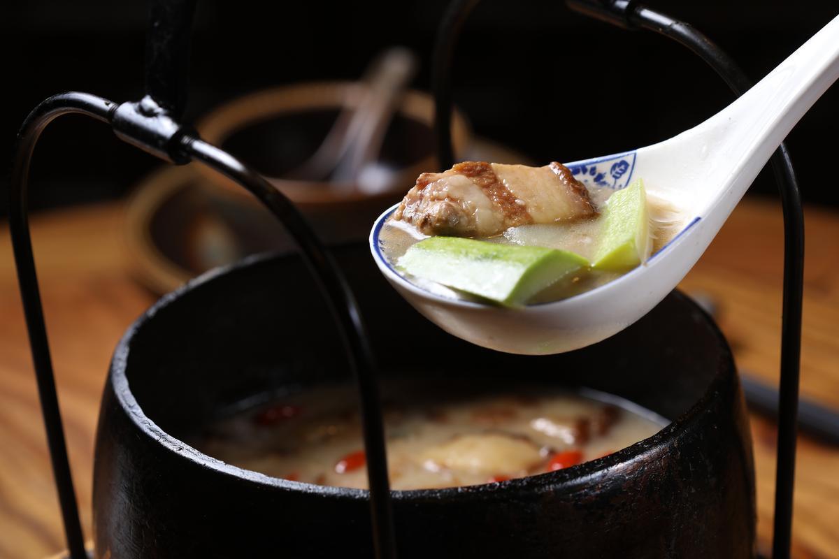 用五花肉、竹笙與絲瓜炖煮的「鐵鍋罐罐香」,湯頭濃厚,食材吃起來清爽宜人。(人民幣48元/份,約NT$271)