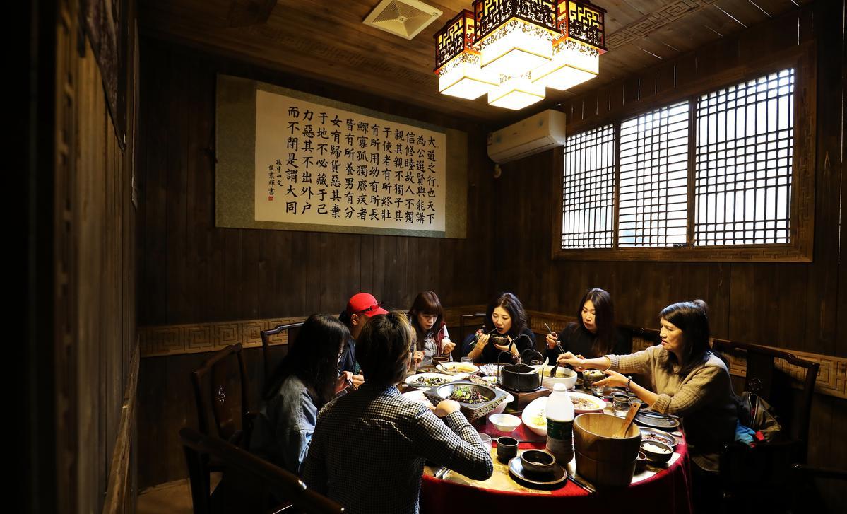 「紅色榮坊」的用餐環境古色古香,餐具也相當有特色。