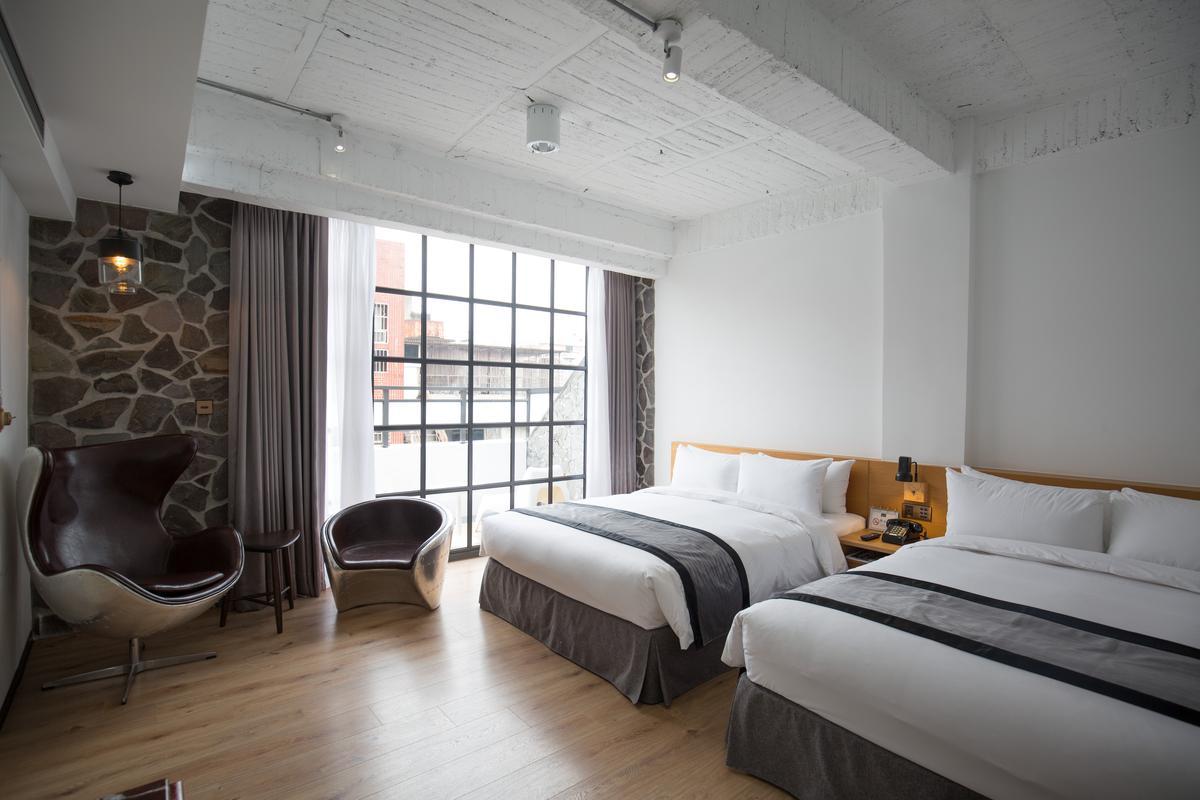 「1969藍天飯店」保留了梁柱及牆面等老元素,但床鋪和用品則講究簡約舒適,符合當代的旅遊需求。