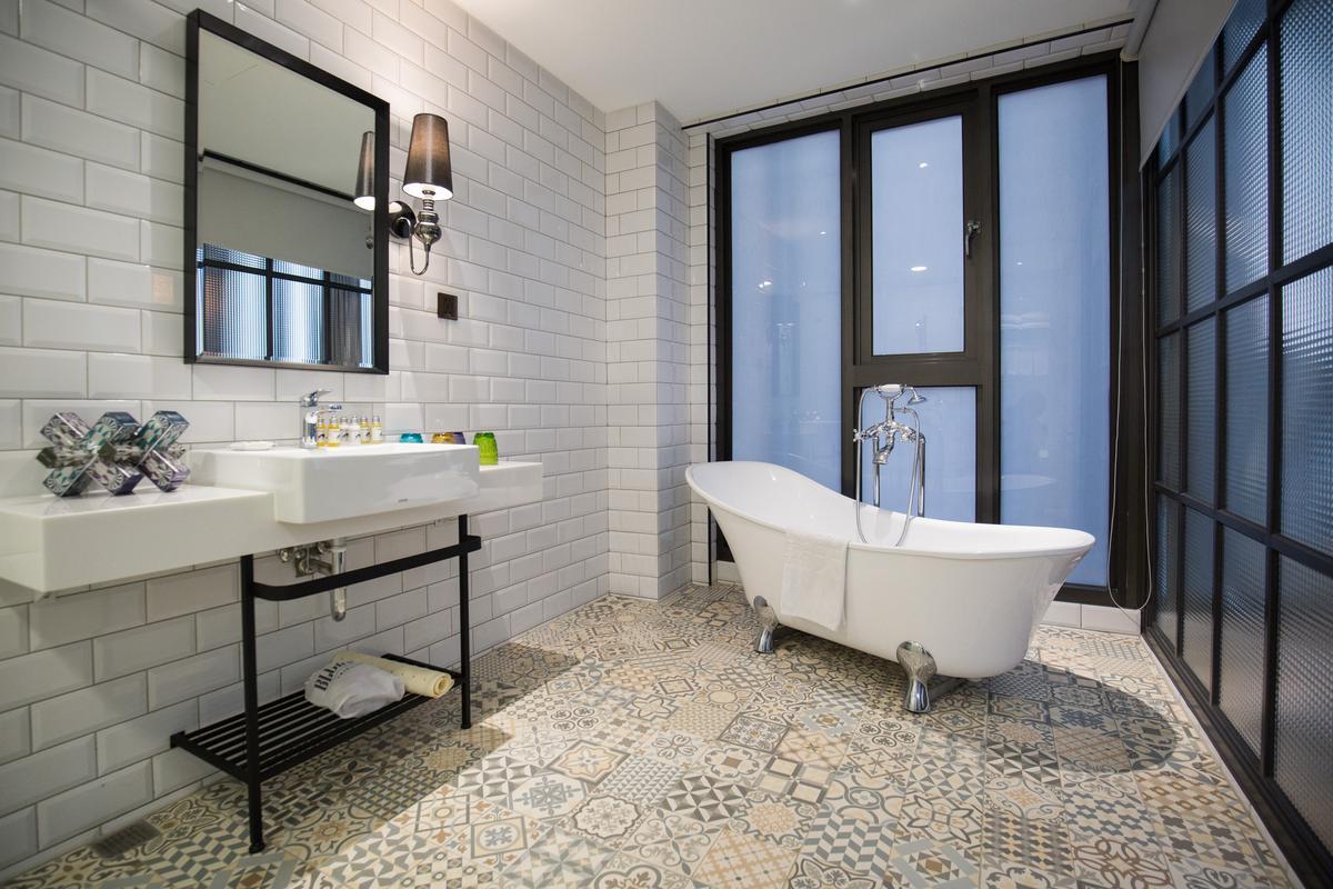 浴室地板鋪設的馬約利卡磁磚,也是具有時間感的復古元素。