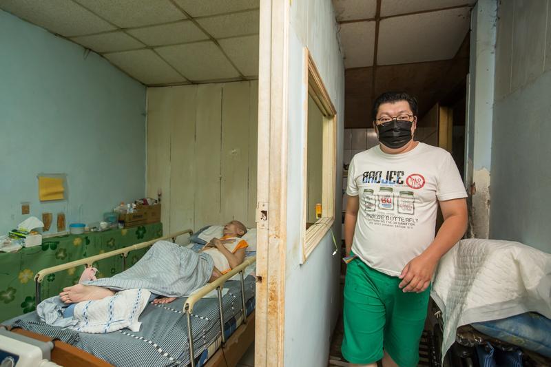 阿龍獨自照顧失智母親7年,他說不離職照顧雖然辛苦,但經濟比較穩定。