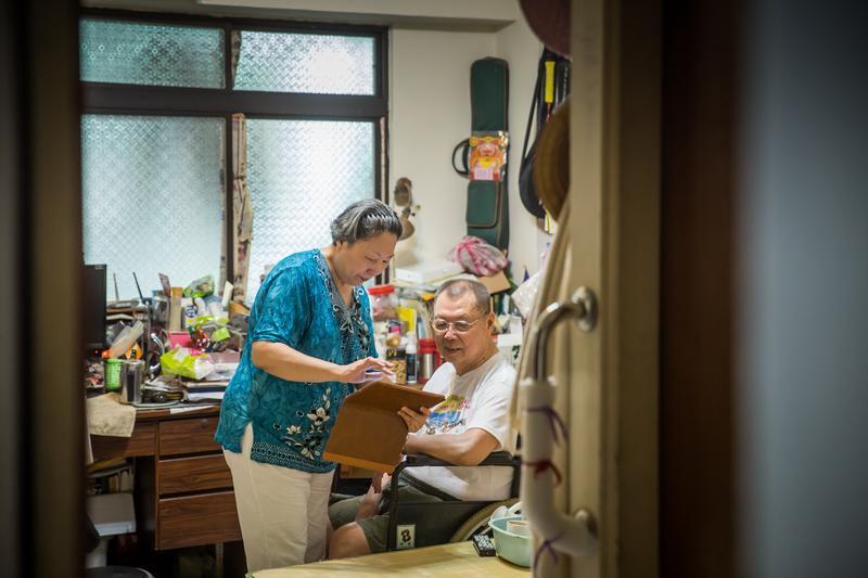 黃大姊照顧失能的先生長達15年,還好她懂得找補助資源,省下百萬元照顧費。