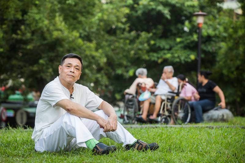 照顧父母長達30年的林大哥,因不知道要申請補助,而耗盡積蓄。