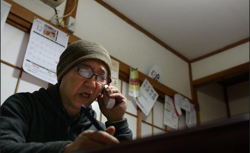 每年有13萬人因照顧家人離職,其中一些照顧者可能會在照顧多年後因經濟困窘,朝下流老人階層滑動,成為照顧悲歌。