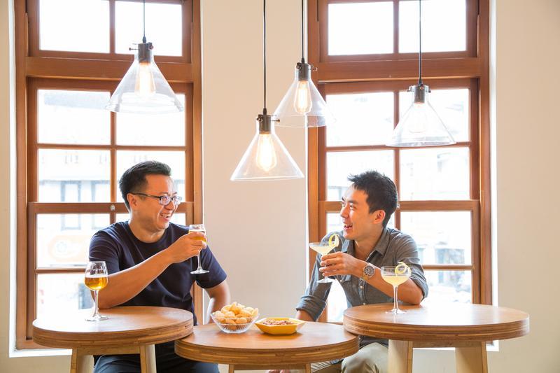 米凱樂酒吧負責人林幼航引進「Whisky Sour」啤酒,邀來調酒師楊宜賓來PK。