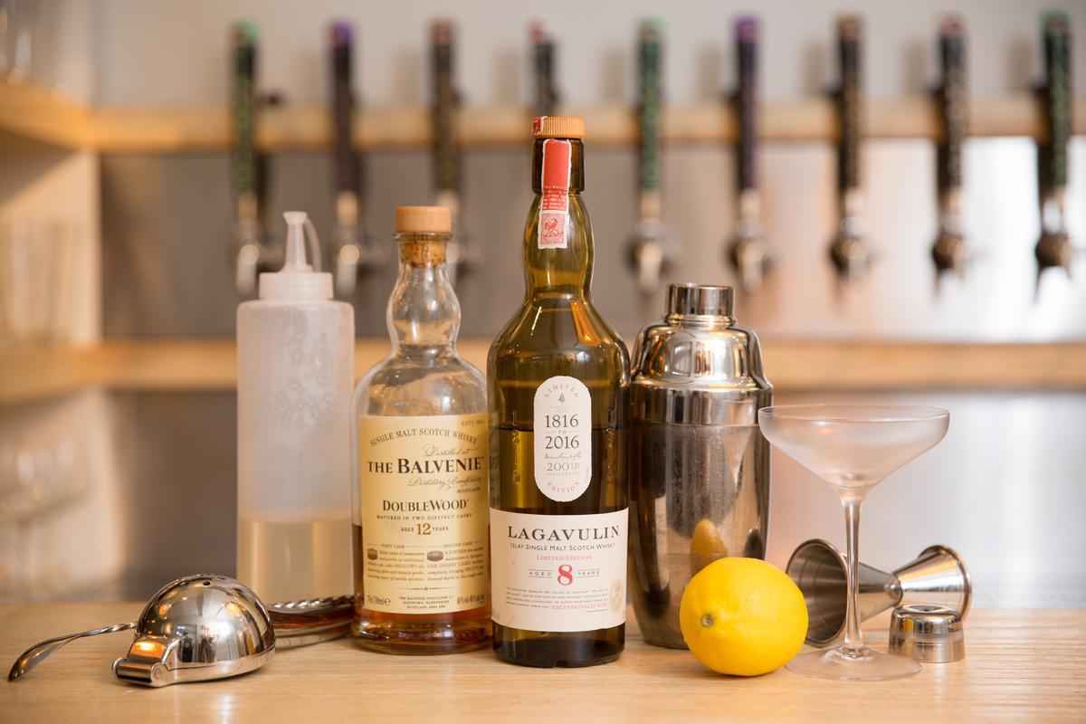 Victor通常會選用兩種威士忌來做Whisky Sour的基酒,除了波本的甜,會再加一點煙燻味威士忌來增加層次。