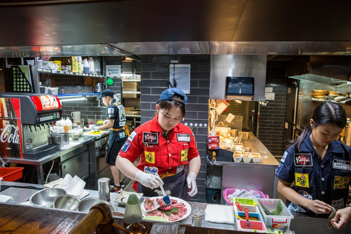 平出莊司認為,料理的品質,不是送菜送完就好,而是要直到客人把食物含在嘴巴裡、吞到肚子裡的瞬間,圖為乾杯居酒屋員工正在備料。