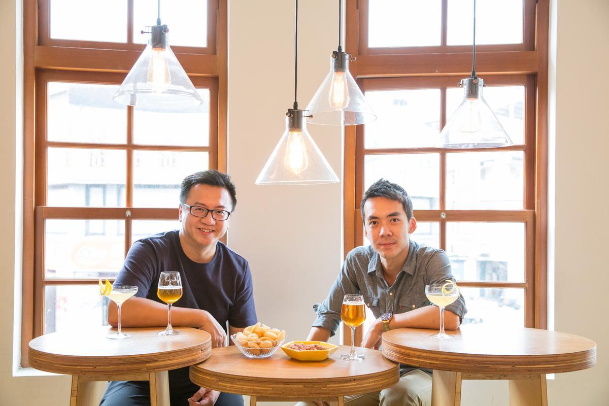 米凱樂啤酒吧負責人林幼航與調酒師Victor同時端出自豪的Whisky Sour來PK。