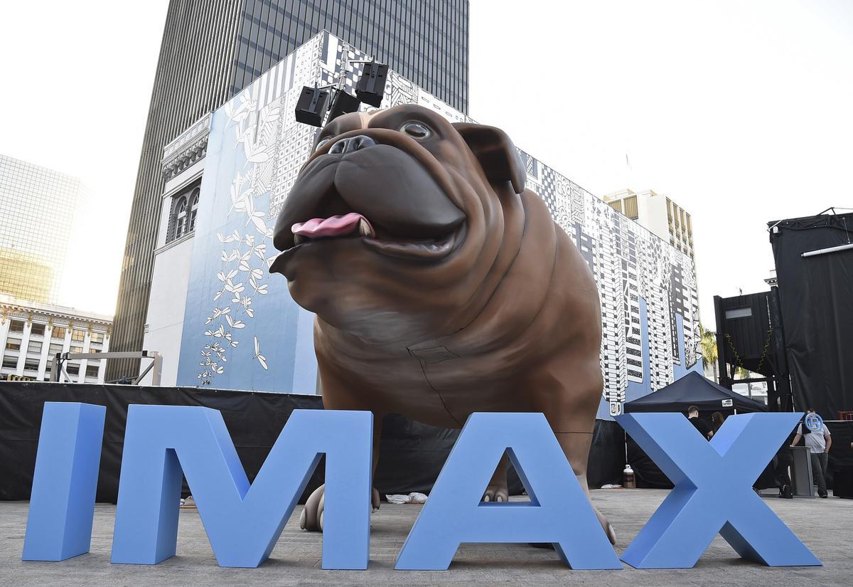 今年美國的動漫展上,IMAX特別將鎖齒狗製造成超大模型,吸引路人圍觀。(東方IC)