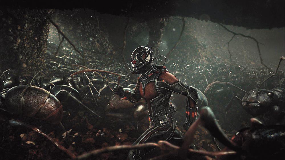 穿上蟻人服裝後,透過「皮姆粒子技術」把自己縮小,利用面罩底下的電子機件,就能擁有指揮螞蟻的心電感應。(東方IC)