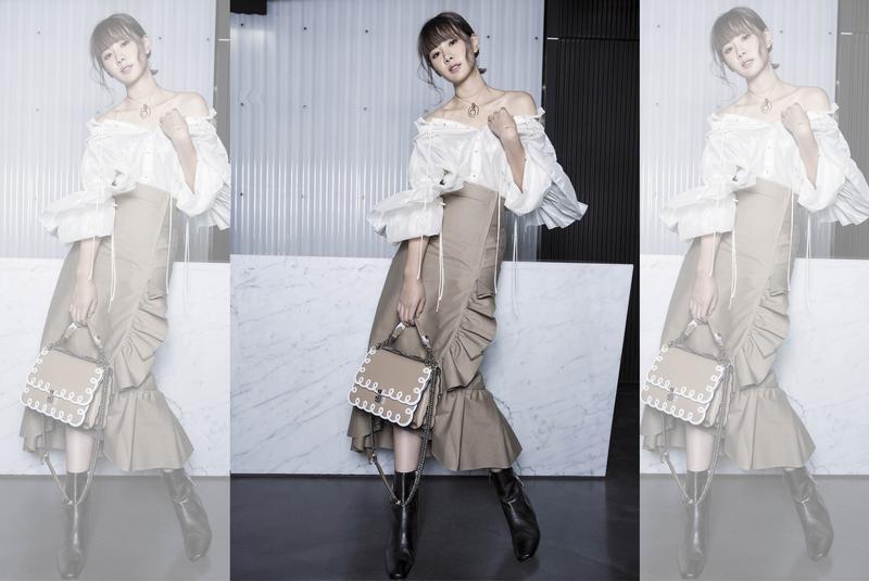 IRENE白色抽繩光澤感露肩蓬袖襯衫。NT$17,500 IRENE荷葉邊長裙。NT$16,000 FENDI KAN I系列包款。NT$122,000 Dorateymur踝靴。NT$18,500