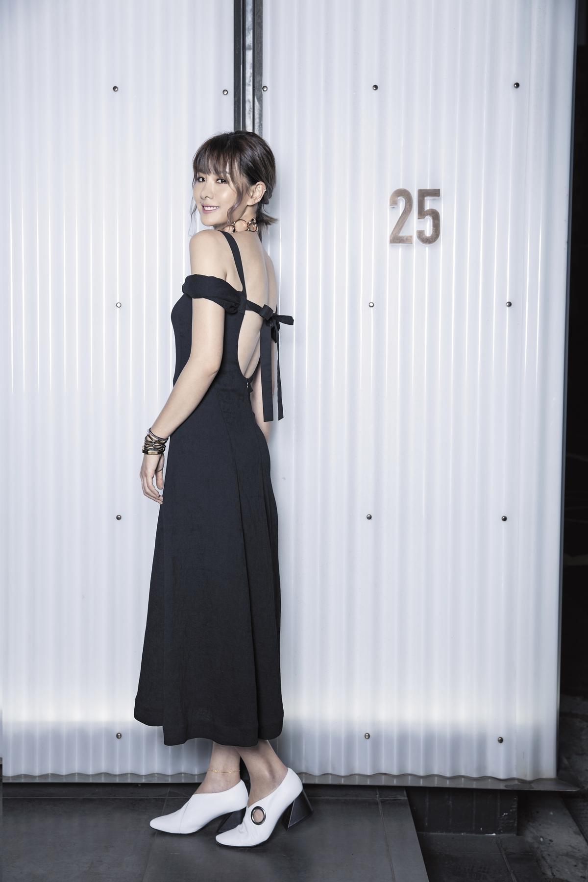 REJINA PYO黑色露背洋裝。NT$25,000 REJINA PYO白色不規則鞋跟皮鞋。NT$16,000