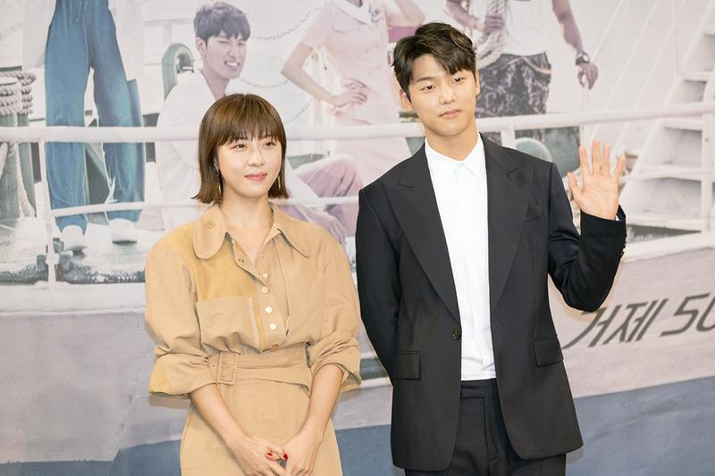 在新戲《醫療船》中,河智苑(左)與相差13歲的姜敏赫搭檔談情。