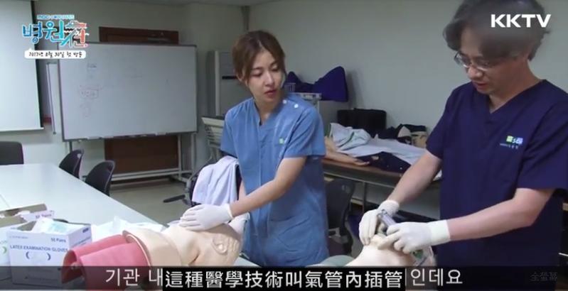 河智苑實際到醫院實習,操作醫療儀器,精進自己的演技。(翻攝自拍攝花絮)