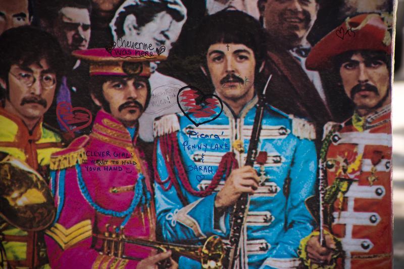 2017年6月1日,英國倫敦艾比路錄音室《派比軍曹的寂寞芳心俱樂部》海報,紀念「披頭四」樂團這張在1967年經典專輯發行五十周年。當年專輯封面設計充滿濃濃迷幻風。(東方IC)